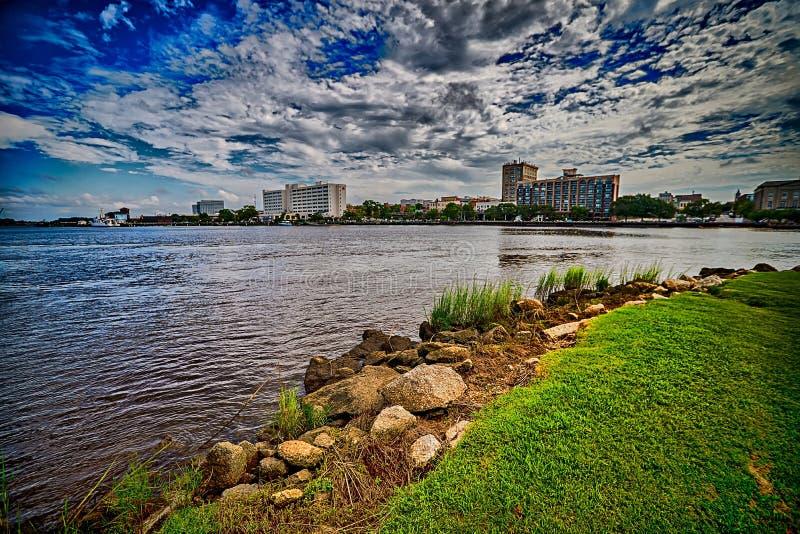 Eine Ansicht von Wilmington-North Carolina über von der Kap-Furcht Ri lizenzfreie stockfotografie