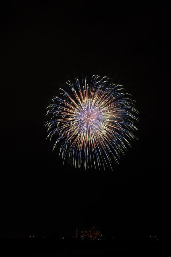 Eine Anzeige von bunten Feuerwerken sind sehr schön lizenzfreie stockfotos