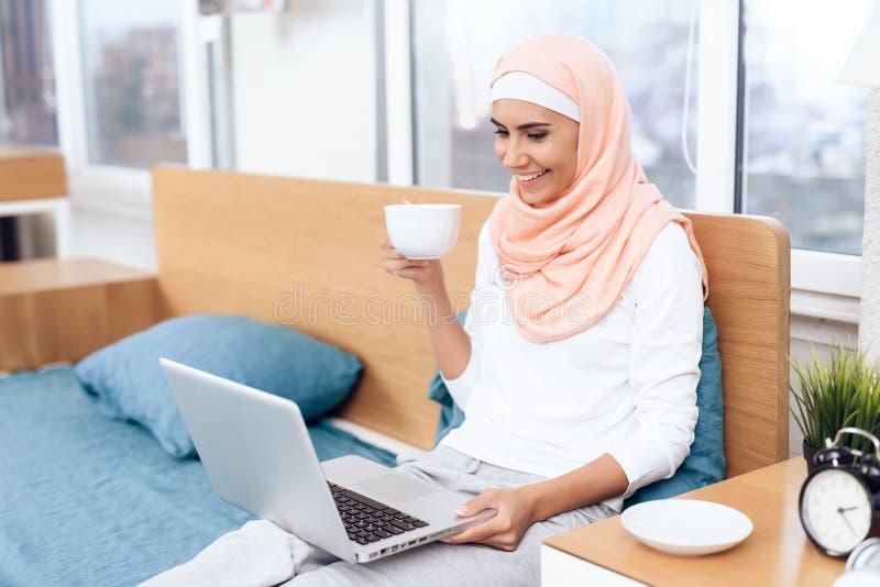Eine Arabische Frau Trinkt Tee Und Liest Ein Buch Beim