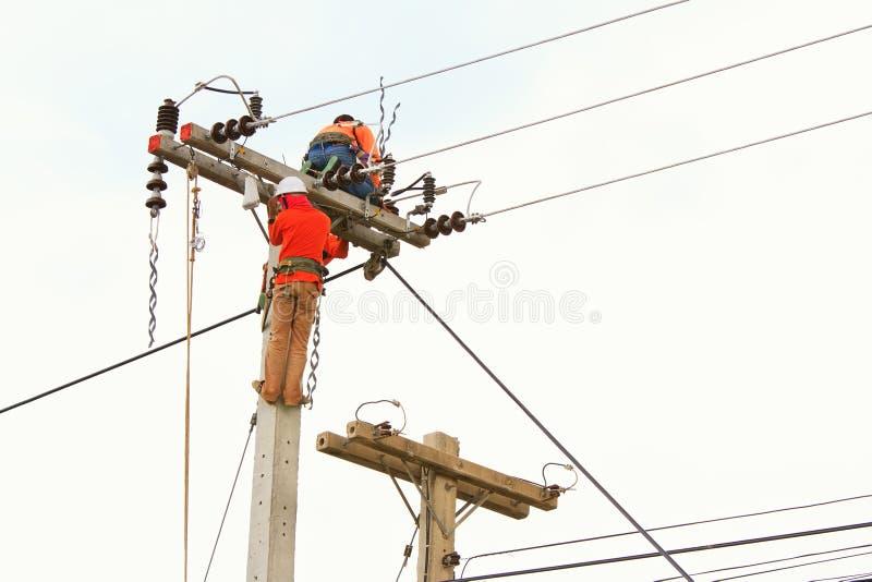Eine Arbeitskraft der elektrischen Leistung Hilfs stockbild