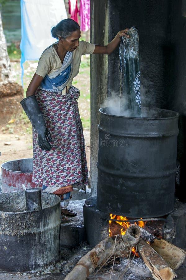 Eine Arbeitskraft an einer Batikfabrik in Sri Lanka stockbilder