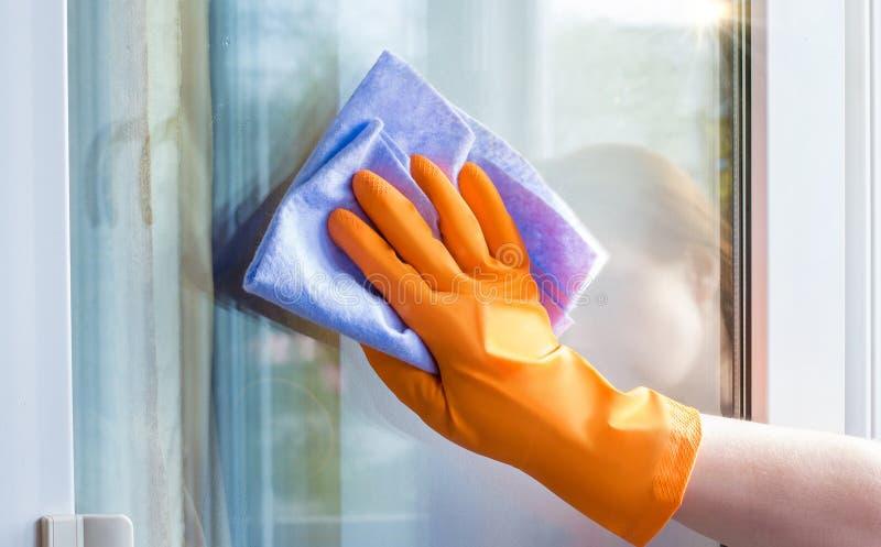 Eine Arbeitskraft wischt das Fenster mit ab stockbilder