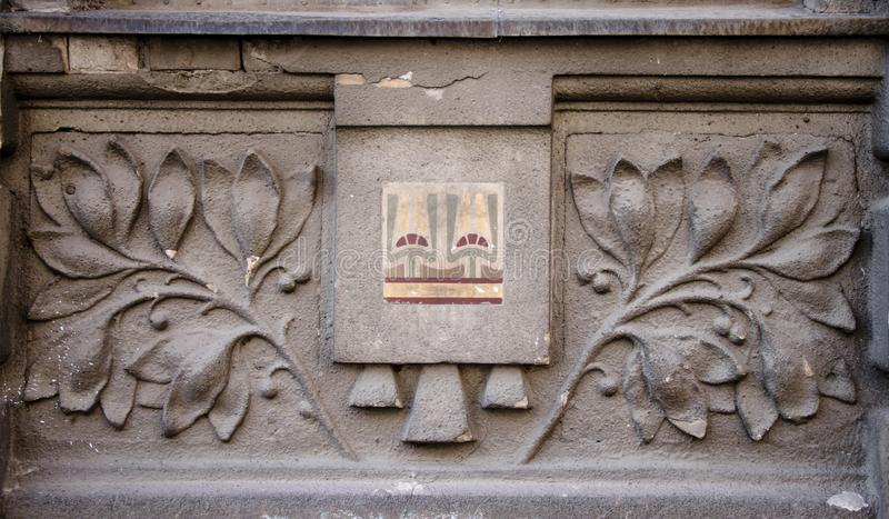 Eine Architekturblumenverzierung unter dem Fenster lizenzfreie stockfotos