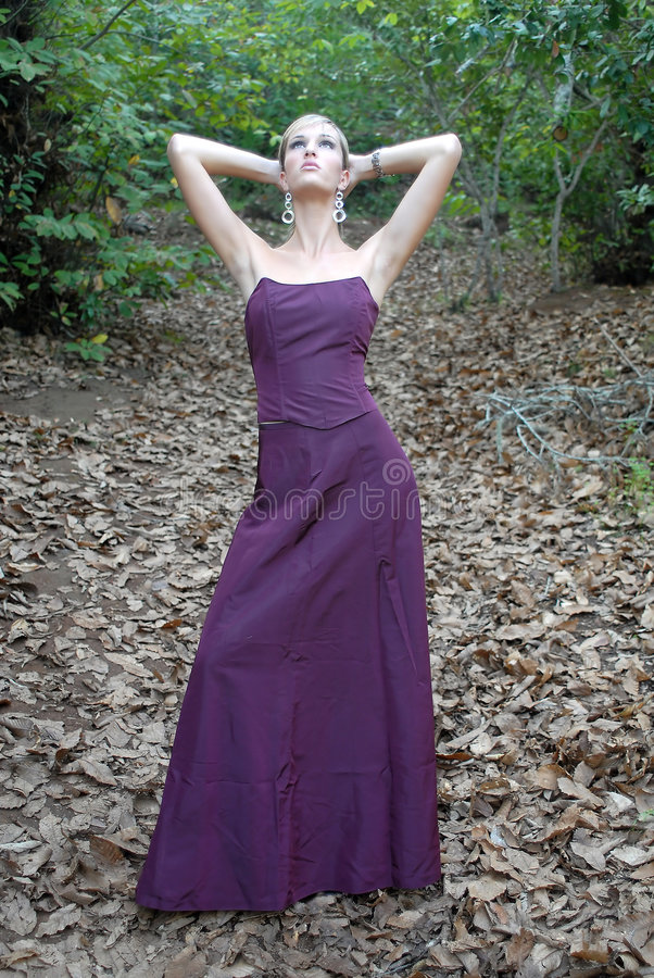 Eine Art und Weisefrau im Herbst lizenzfreie stockbilder