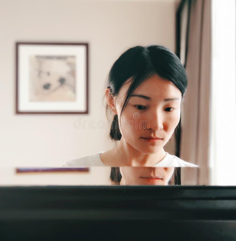 Eine asiatische Frau im Spiegel stockbild