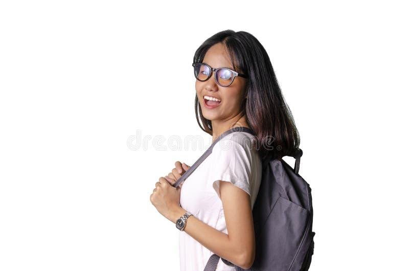 20 eine asiatische junge hübsche Frau, die einen Rucksack mit weißem Hintergrund lächelt und trägt lizenzfreie stockbilder