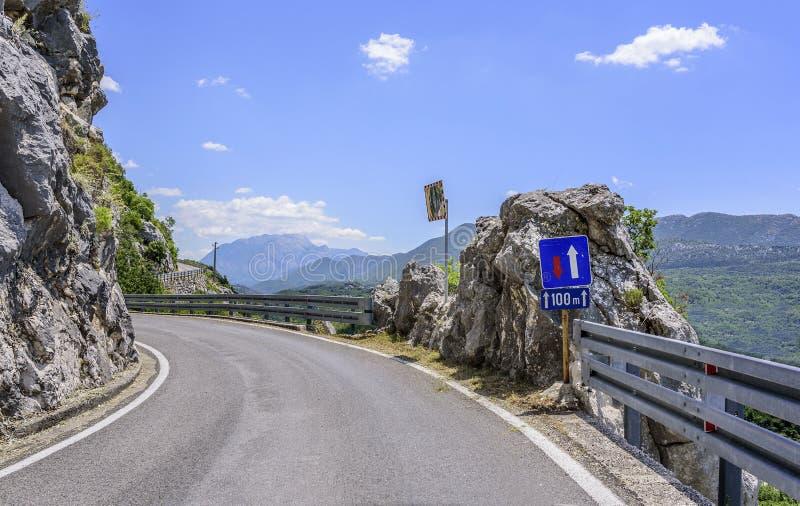 Eine Asphaltstraße in den felsigen Bergen nahe den byss lizenzfreies stockfoto