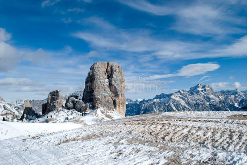 eine atemberaubende Ansicht bei 3000 Metern über Meeresspiegel, mit den Spuren eines Schneemobil fahrung lizenzfreie stockfotos