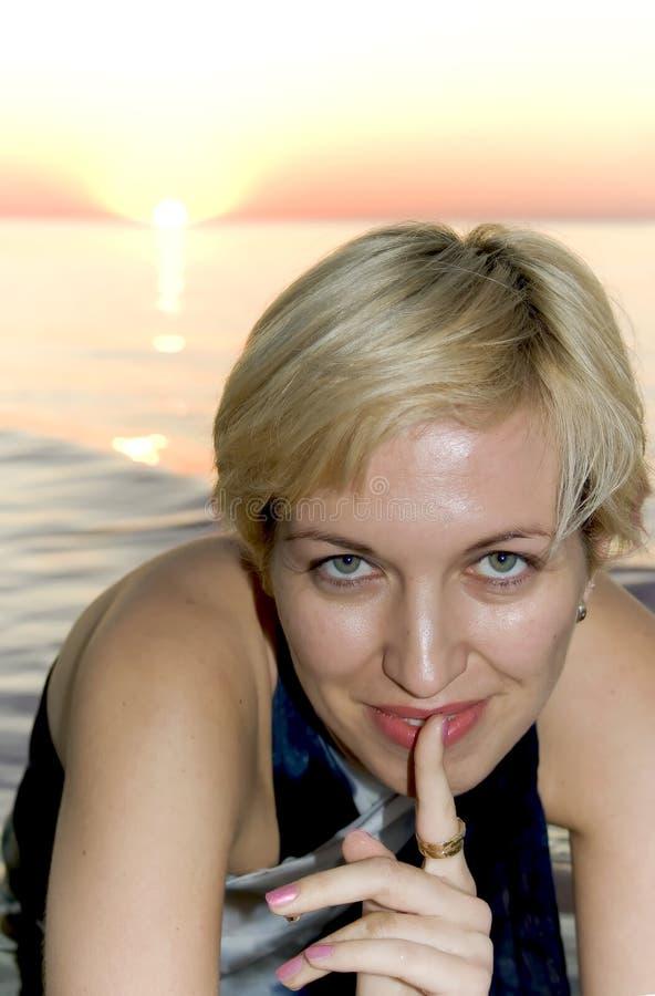 Eine attraktive Blondine hat das Geheimnis! lizenzfreies stockbild