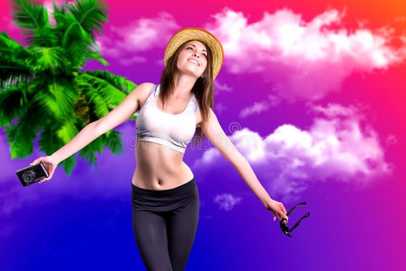 Eine attraktive Brunettefrau in einem Hut an der Küste stockfotos
