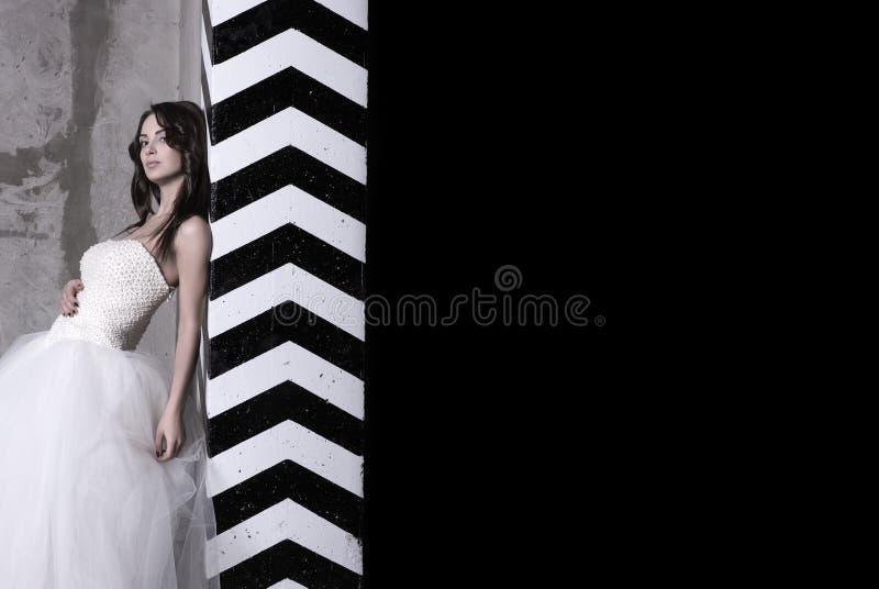 Eine attraktive junge Frau in einem Ballkleid mit bloßen Schultern lizenzfreies stockfoto