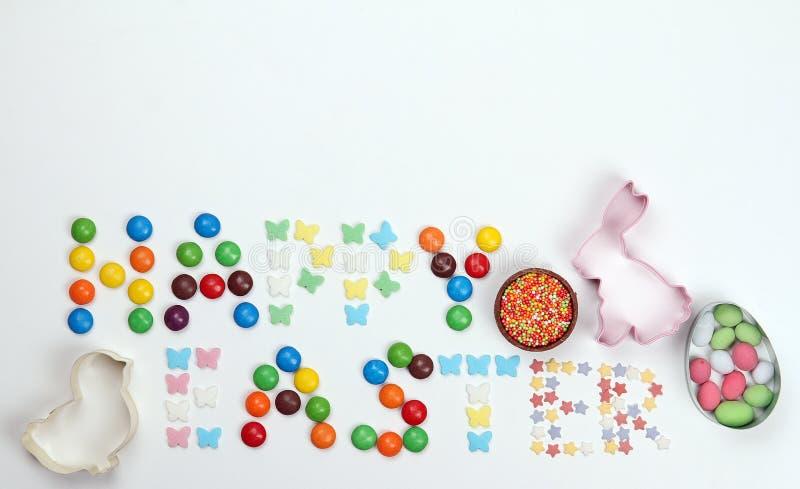 Eine Aufschrift von den mehrfarbigen Bonbons Fröhliche Ostern lizenzfreies stockfoto