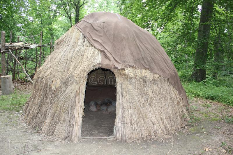 Eine Ausstellung, die Wigwam Wohnung des amerikanischen Ureinwohners am Fort alt anzeigt lizenzfreie stockfotos