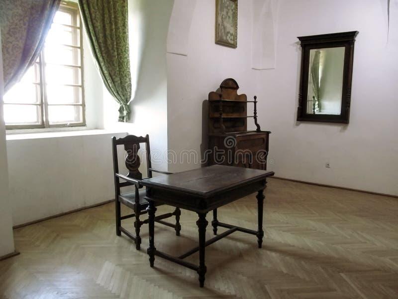 Eine Ausstellung von antiken Möbeln im Palanok-Schloss-Museum lizenzfreie stockbilder