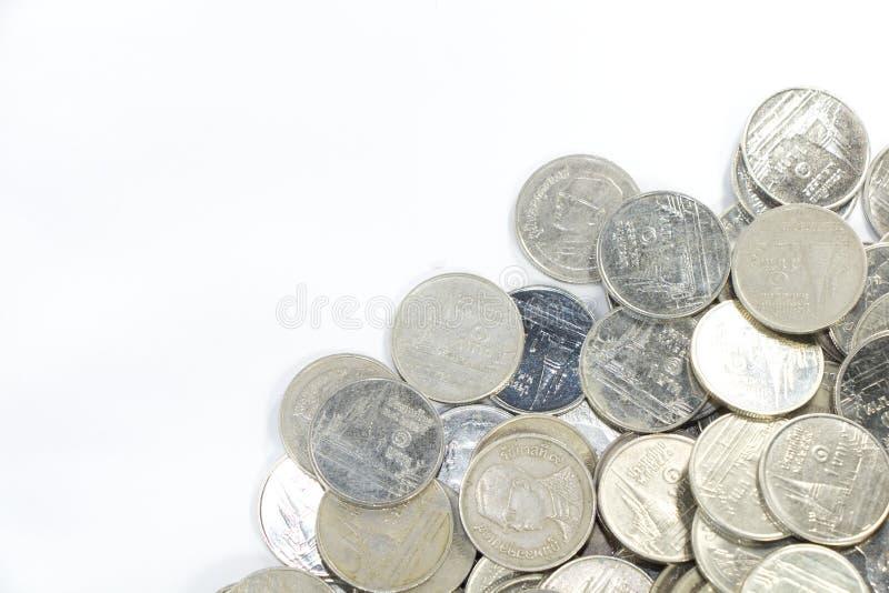 Eine Bahtmünze in der Gruppe auf niedrigerem Recht des Rahmens lizenzfreie stockfotos