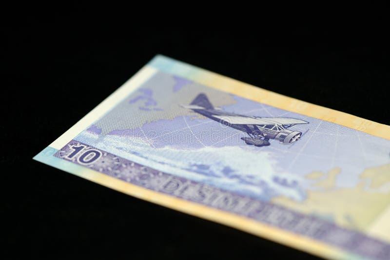 Eine Banknote in zehn litauischen litas auf einem dunklen Hintergrund lizenzfreie stockbilder