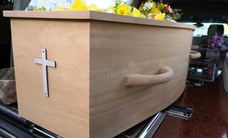 Eine Begr?bnis- Schatulle in einem Leichenwagen oder eine Kapelle oder Beerdigung am Kirchhof stockbilder