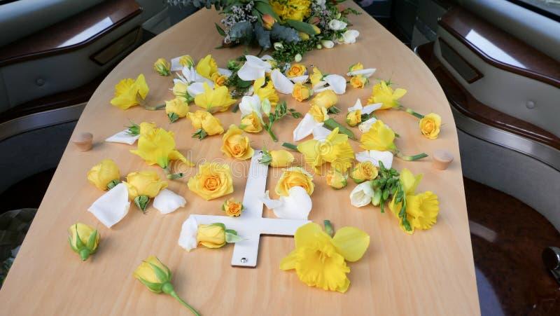 Eine Begr?bnis- Schatulle in einem Leichenwagen oder eine Kapelle oder Beerdigung am Kirchhof lizenzfreies stockbild