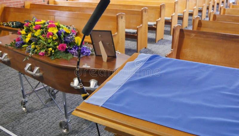Eine Begr?bnis- Schatulle in einem Leichenwagen oder eine Kapelle oder Beerdigung am Kirchhof lizenzfreies stockfoto