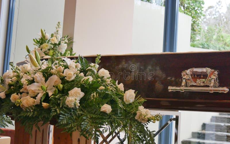 Eine Begr?bnis- Schatulle in einem Leichenwagen oder eine Kapelle oder Beerdigung am Kirchhof lizenzfreie stockfotografie