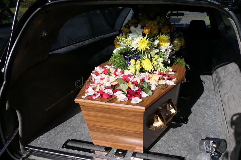Eine Begr?bnis- Schatulle in einem Leichenwagen oder eine Kapelle oder Beerdigung am Kirchhof lizenzfreie stockbilder
