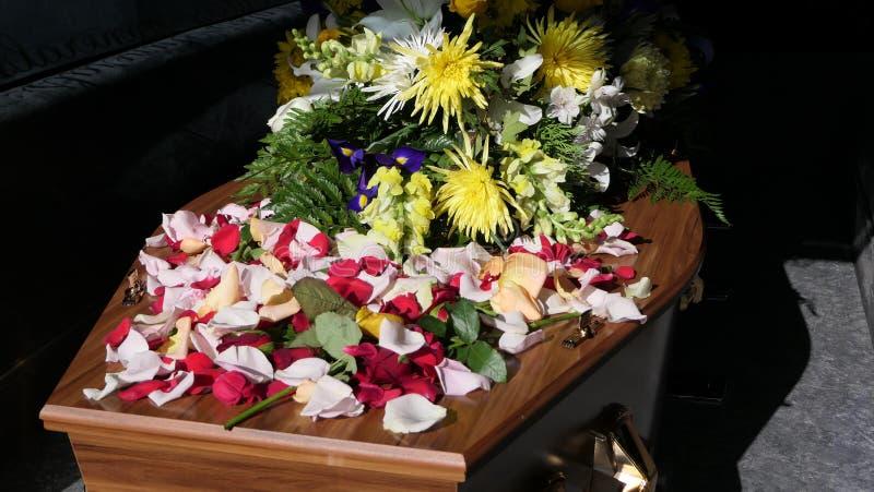Eine Begr?bnis- Schatulle in einem Leichenwagen oder eine Kapelle oder Beerdigung am Kirchhof stockbild