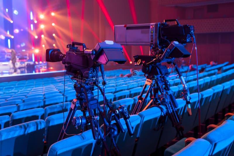 Eine Berufsfernsehkamera für das Filmen von Konzerten und von Ereignissen stockfotografie