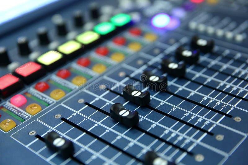 Eine Berufsmusikkonsole nannte einen Audiomischer benutzt, um Konzerte und andere Musikereignisse zu publizieren lizenzfreies stockbild