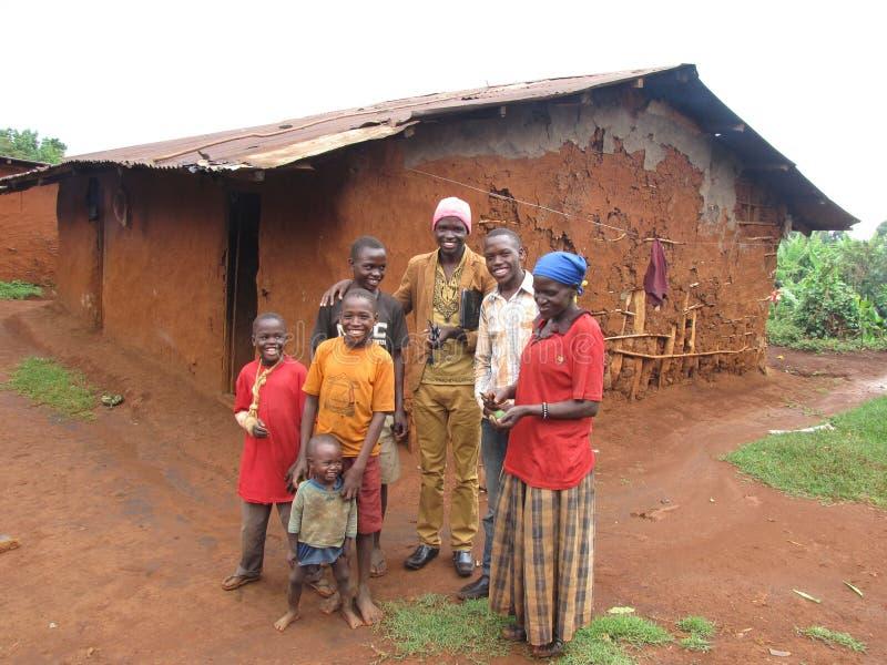 EINE BESCHEIDENE GLÜCKLICHE FAMILIE IN OST-UGANDA AFRIKA lizenzfreies stockfoto