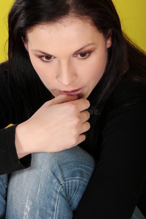 Eine besorgte und ängstlich junge Frau stockbild