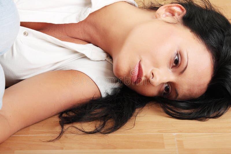 Eine besorgte und ängstlich junge Frau lizenzfreies stockbild
