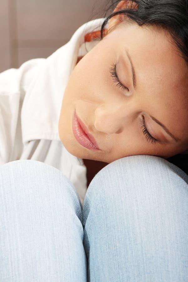 Eine besorgte und ängstlich junge Frau stockfoto