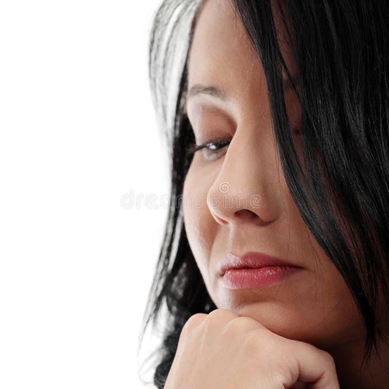 Eine besorgte und ängstlich junge Frau stockfotografie