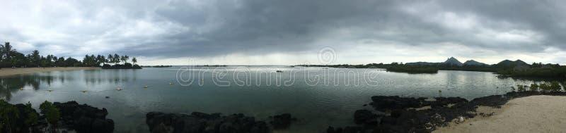 Eine bewölkte, panoramische Buchtstrandansicht stockfoto