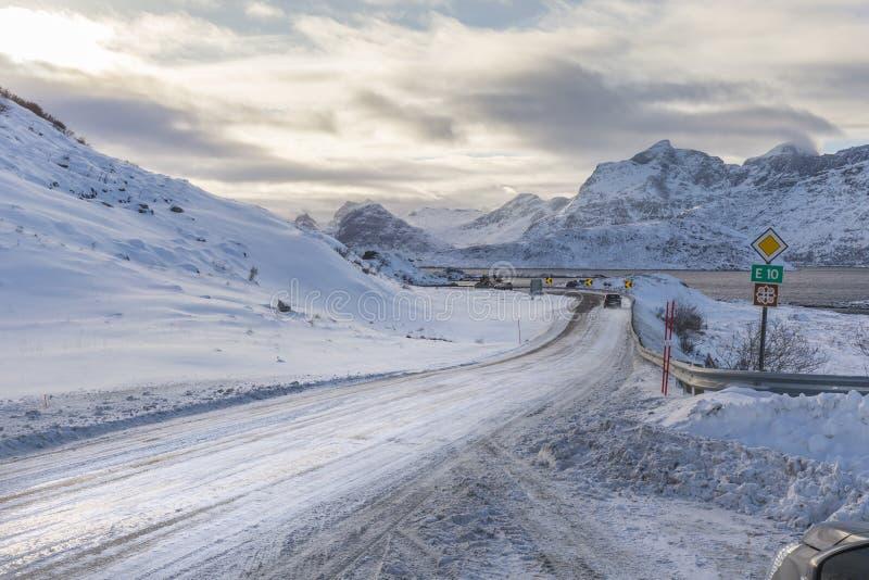 Eine Biegung im norwegischen Abschnitt des E10 nannte Kong Olav Vs VE lizenzfreies stockfoto