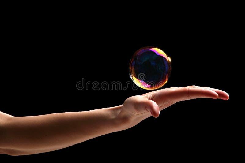 Eine Blase in der Hand halten stockbild