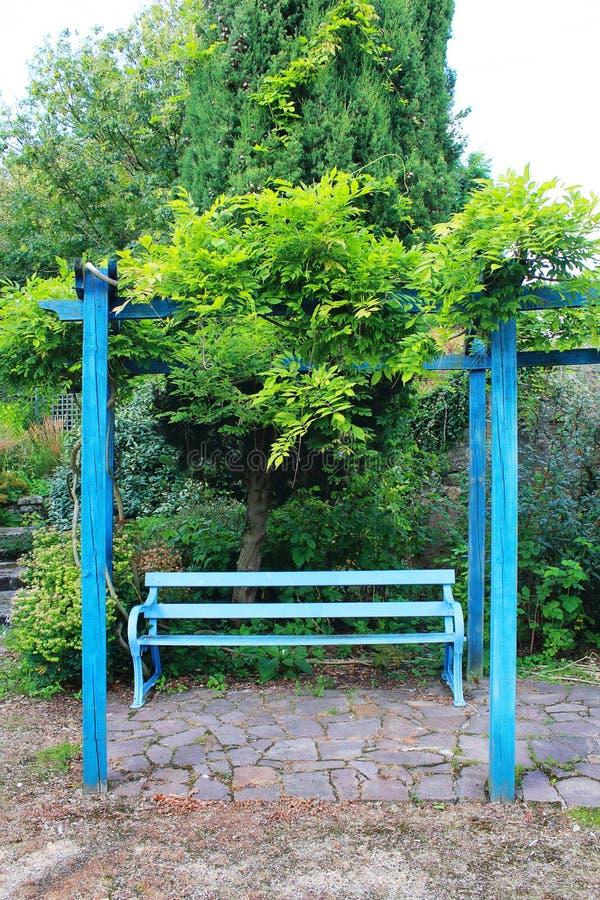 Eine blaue Bank stockbild