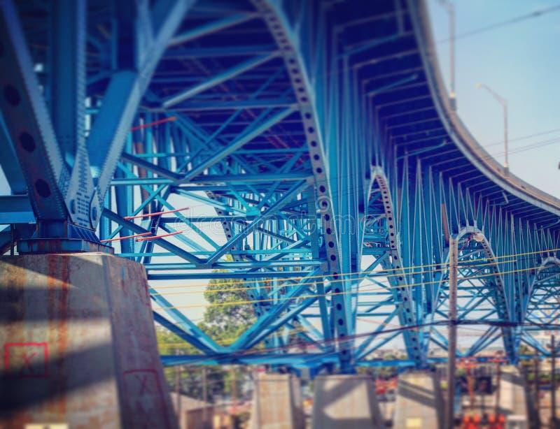 Eine blaue Brücke, die durch die Ebenen von Cleveland, Ohio läuft lizenzfreies stockfoto