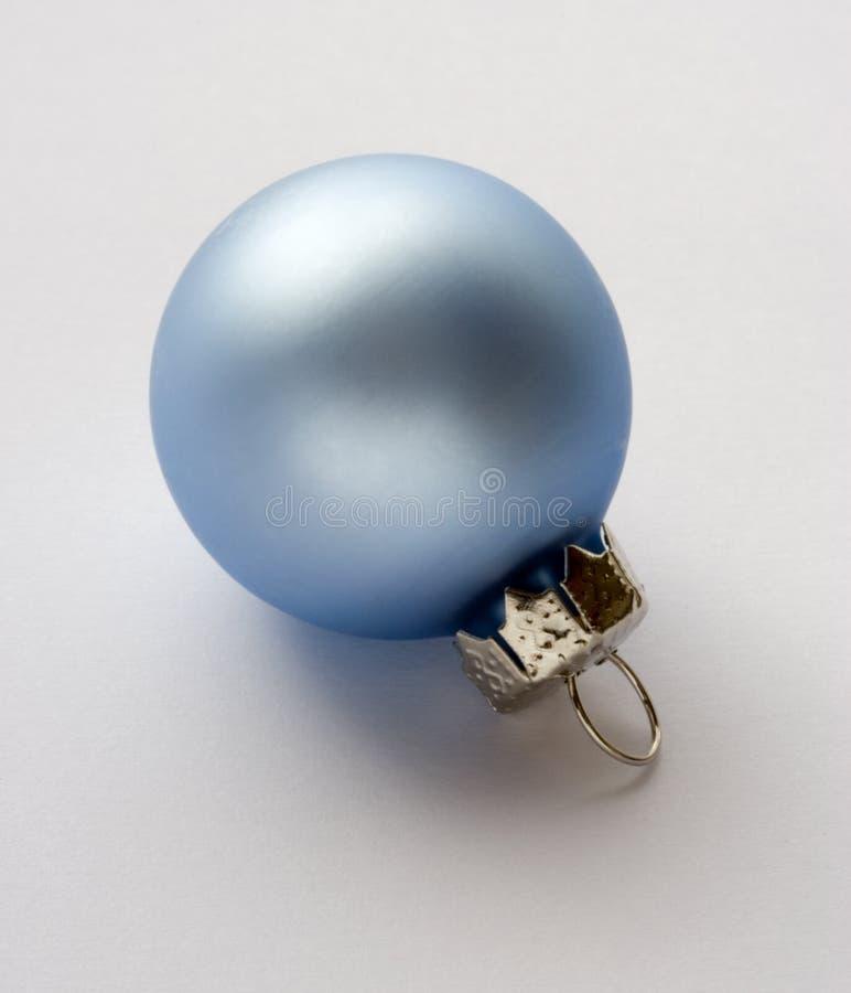 Eine blaue Weihnachtsdekoration stockbild