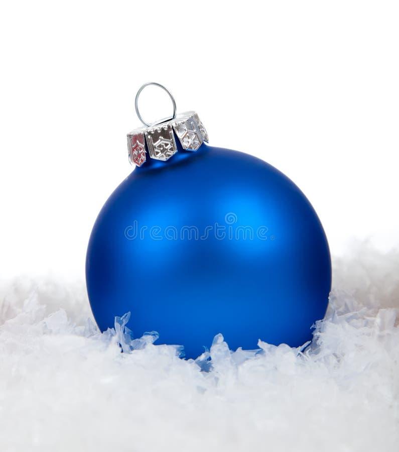 Eine blaue Weihnachtsverzierung/-flitter auf Weiß stockfotos