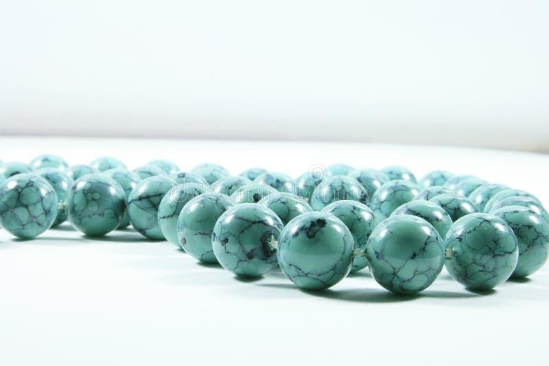 Eine blaue wulstige Halskette. lizenzfreies stockbild