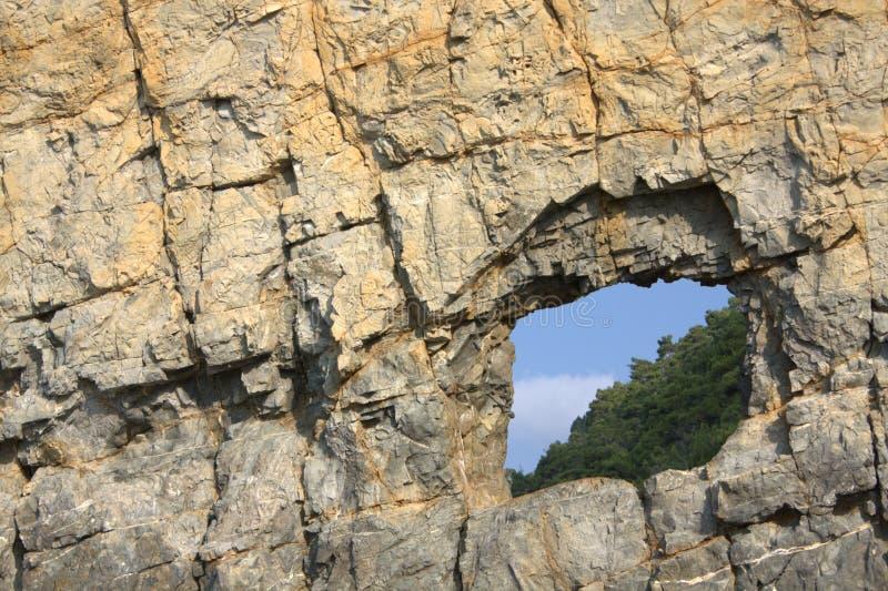 Eine Blendenöffnung im Segel-Felsen lizenzfreie stockfotografie