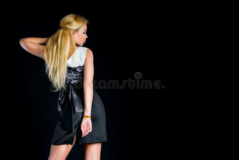 Eine Blondine in einem hübschen Kleid lizenzfreie stockfotos