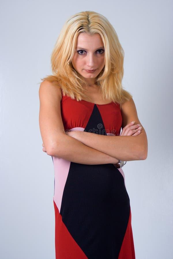 Eine Blondine mit einer Fluglage stockfotografie