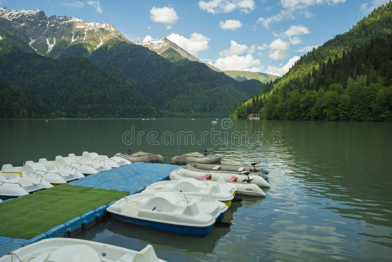 Eine Bootsstation auf dem Hintergrund von Bergen und von See stockfoto