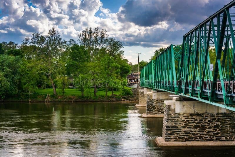 Eine Brücke über dem Delaware River in Belvidere, New-Jersey stockfotografie
