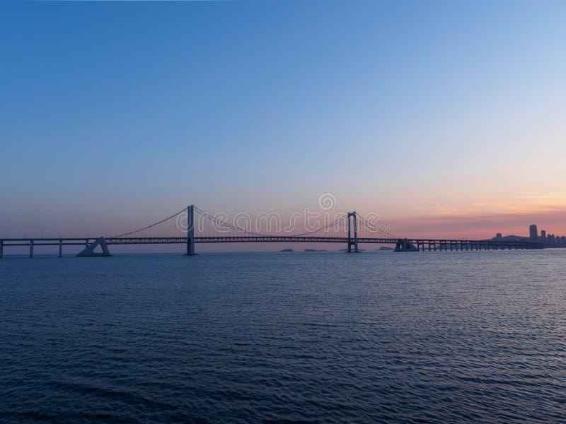 Eine Brücke über dem Meer in Dalian, China stockfotografie