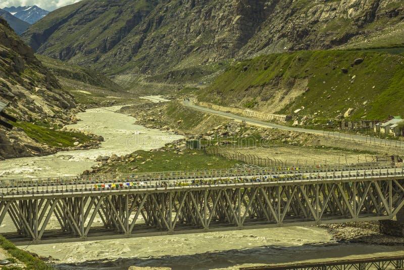 Eine Brücke über einem Fluss in einem Gebirgstal lizenzfreies stockbild