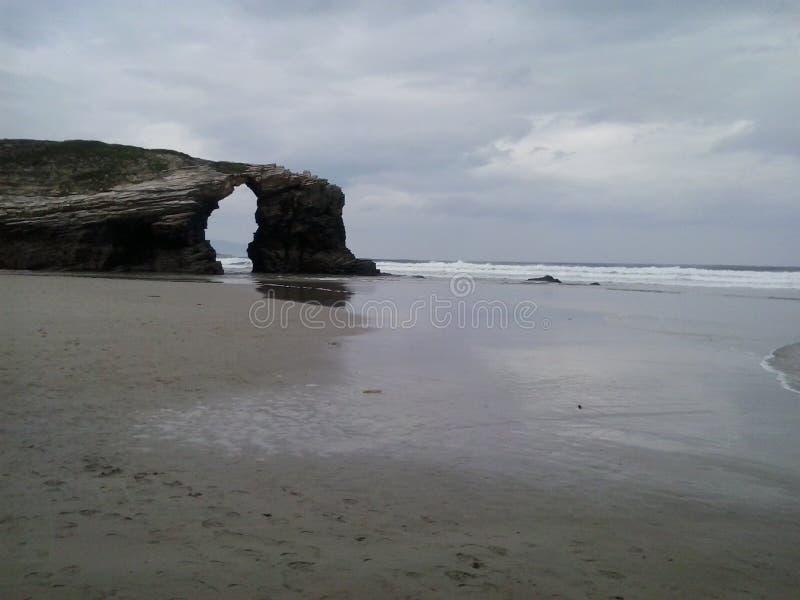 Eine Brücke auf dem Strand der Kathedralen, Galizien stockbilder