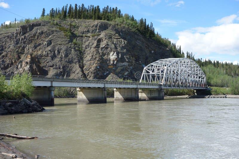 Eine Brücke, die einen großen Fluss überspannt lizenzfreies stockbild